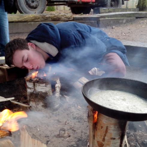 Rowans koken op vuur – bij het gebouw in Assen