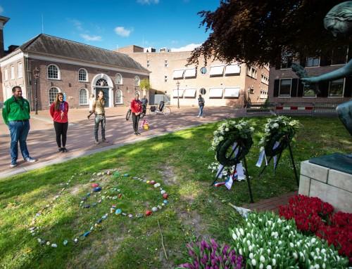 Asser scouts leggen herdenkingssteentjes bij het monument aan de brink