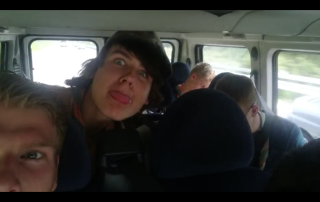Joost B steekt zijn tong uit naar de camera.