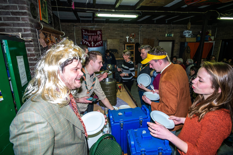 Als bejaarde naar de boerenkoolmaaltijd van de verkenners: lachen, gieren en smullen!
